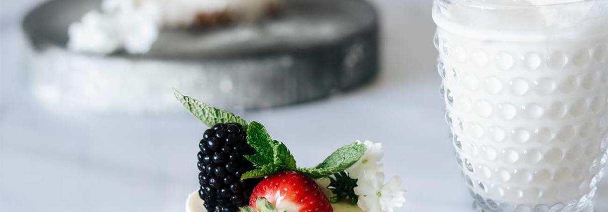 """Bei diesen Temperaturen darf der Backofen mal aus bleiben und die Törtchen-Produktion an die Gefriertruhe abgeben, oder? Am Ende kommen eiskalte Joghurt-Sahne Törtchen heraus, die uns nicht nur erfrischen, sondern auch eine Menge an Nährstoffen bieten. Ihr kennt mich ja, im Sommer dreht sich bei mir alles um Erfrischung, Eis und """"coole"""" Getränke. Da ist es kein Wunder, dass sich auch mal ein """"Frozen Joghurt""""-Sahnetörtchen im Eisfach befindet. Und da ich über viele kleine Förmchen verfüge, tummeln sich auch mal mehr als 12 kleine Törtchen in der Truhe. Das ist dann dieser Moment, wenn unverhofft Besuch kommt, und ich mal eben ein kleines Eistörtchen servieren kann. Das macht Eindruck, glaubt mir."""