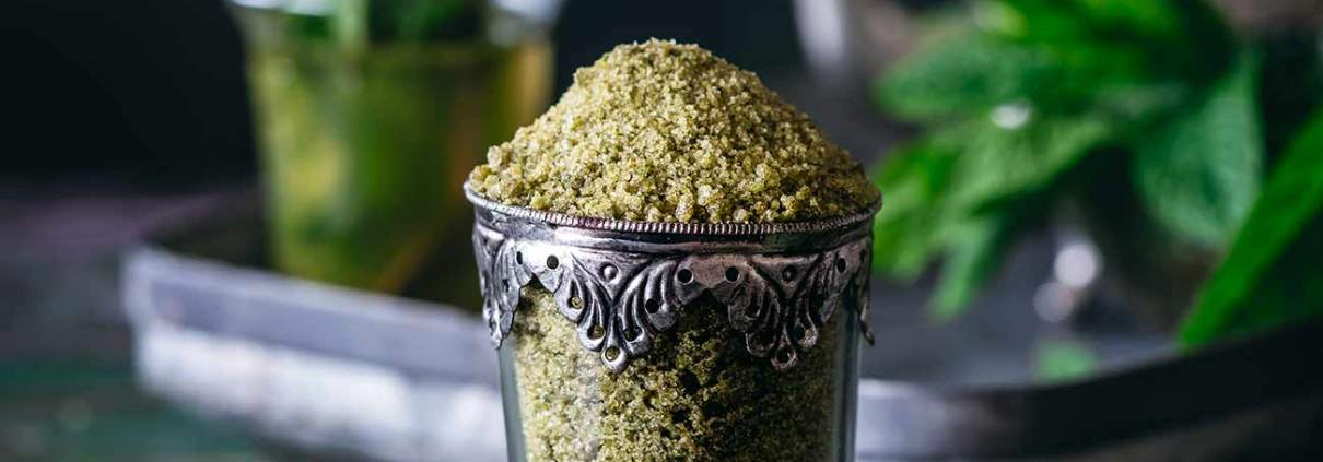Meine Welt riecht immer ein wenig nach Minze. Was zum einen daran liegt, dass sich die marokkanische Minze seit Jahren im Garten ausbreitet, ich jeden Tag einen frischen Minztee trinke und seit ein paar Tagen Besitzer von mehreren Gläsern Minz-Zucker bin. Wären alle Rezepte so einfach und aromatisch, würde die Welt ein bisschen mehr nach Minze riechen. Für den schnellen Minz-Genuss gieße ich mir einfach einen TL Minz-Zucker mit heißem Wasser auf. Schmeckt aber auch als Eistee.