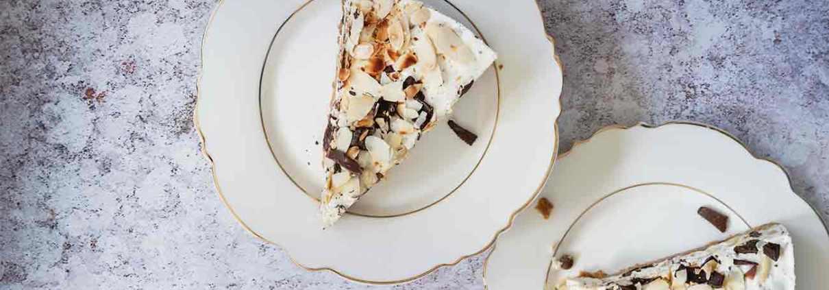 Bei Eis ist und bleibt Stracciatella ganz oben auf meiner Lieblingseisliste. Als Torte, die nicht einmal einen Backofen braucht, schmeckt mir Stracciatella aber auch ganz wunderbar. Greift zu.