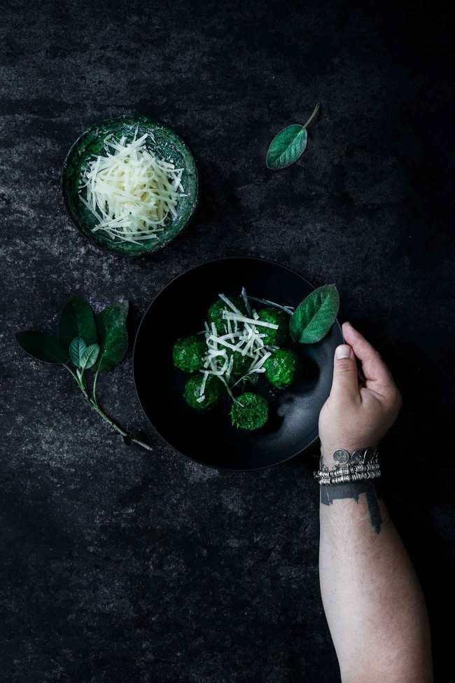 So einfach, gut und schnell gemacht. Eigentlich mag ich ja fast alles in Salbeibutter und Parmesan, aber diese kleinen grünen, runden Spinatbällchen passen wirklich perfekt dazu. Ein vegetarisches Hauptgericht mit Suchtfaktor.
