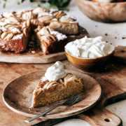 Begrüßen wir den Montag mit diesem einfachen Apfelkuchen...mit einem Hauch Kardamom und einer großen Portion Schlagsahne. Dieser Kuchen hat für mich einen atemberaubenden Look in seiner Einfachheit mit minimalem Aufwand. Mit Schlagsahne oder einer Kugel Vanilleeis ist jeder Bissen wahnsinnig lecker und perfekt süß.