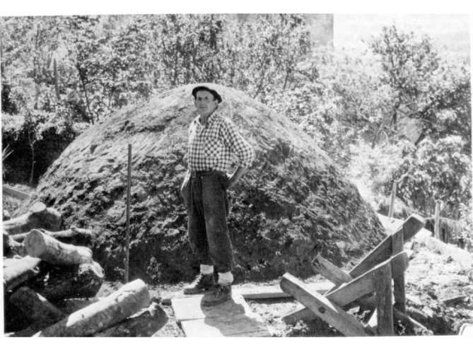 """Txondarra"" (pira de carbón vegetal) en el caserío Lore-Toki de Berastegi (Gipuzkoa). Fot. Iñaki Linazasoro, 1978. Auñamendi Eusko Entziklopedia. Voz: Ferrería"
