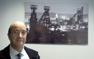 Javier Rodríguez junto a una de sus fotografías de los hornos altos 1 y 2 de AHV.