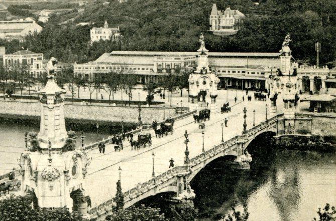 Estación del Norte de Donostia-San Sebastián, con el pórtico de acceso. En primer término el puente de María Cristina (Foto: colección Joaquín Carcamo)