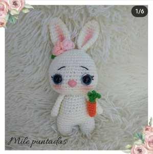 Mini conejo amigurumi con zanahorias paso a paso