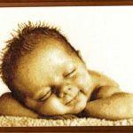 Bebe feliz dormido, en punto de cruz
