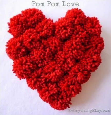 como hacer un cojin corazon con pompones2