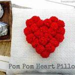 Cojín con corazón de pompones