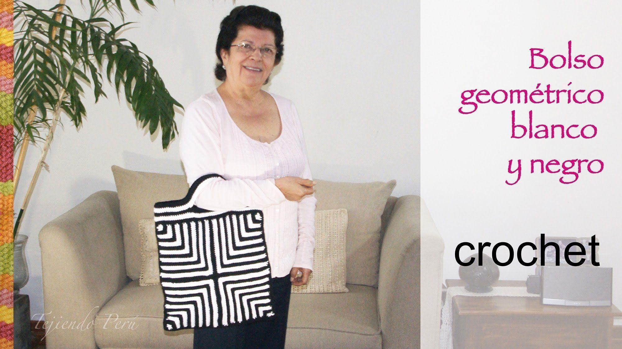 Bolso blanco y negro con diseño geométrico tejido a crochet ...