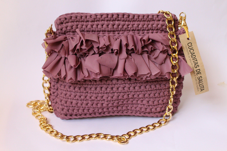 30894fb07 Bolso de mano tejido con trapillo en la técnica crochet, tutorial completo  con el paso a paso. Un bolso precioso ideal para regalar, que puedes tejer  en muy ...