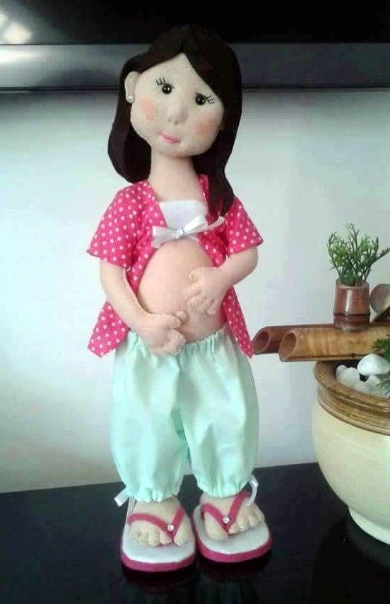 Muñeca de fieltro embarazad