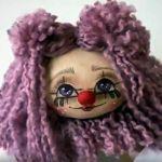 Cara de payasita de Halloween en muñeca de tela DIY