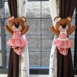 Osita bailarina sujeta cortinas en fieltro