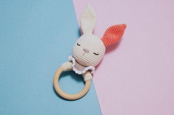 Sonajero amigurumi de conejo