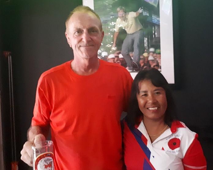 (L to R) Mug winner Dave Maw and B Flight winner Wan Makmul.