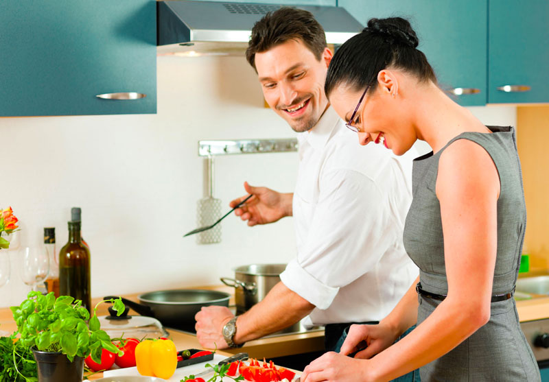 Couple takes a cooking class for their first date
