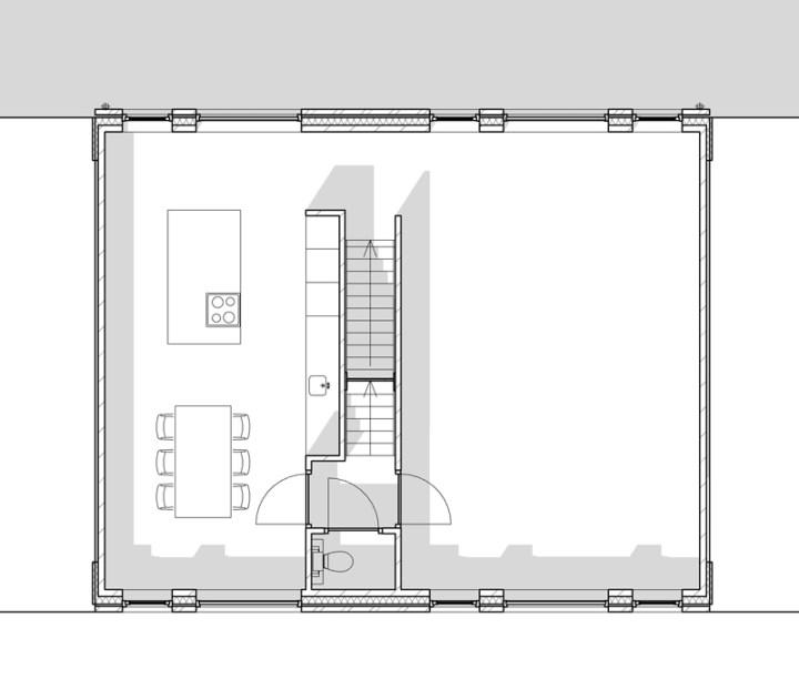 Zwart wit afbeelding van de eerste verdieping. Hier zijn de keuken, de eetkamer en de woonkamer.