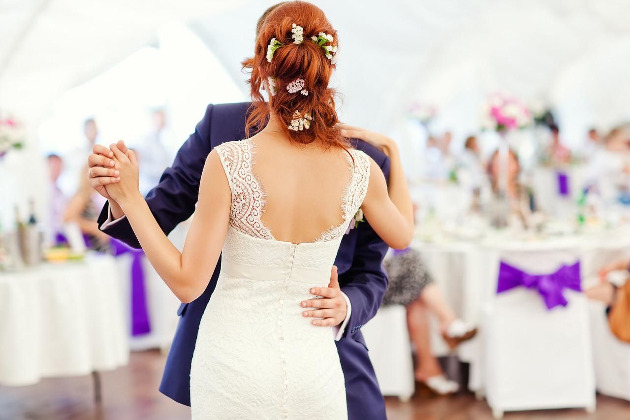 Mit dem Hochzeitstanz beginnt die eigentliche Feier. Foto: Iryna Prokofieva/Shutterstock.com