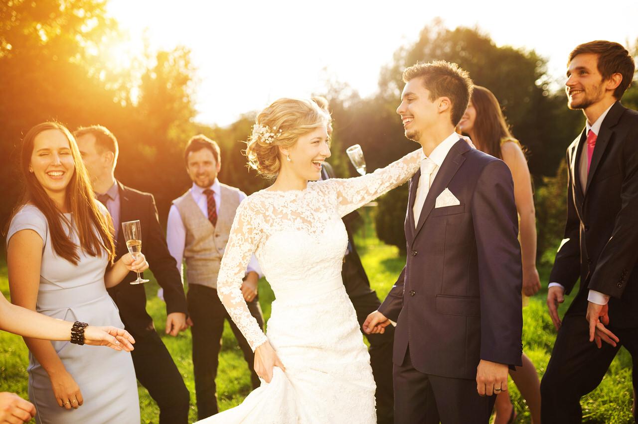 Hochzeit heißt, diesen Tag mit seinen Freunden ausgelassen zu feiern. Foto: Halfpoint/Shutterstock.com