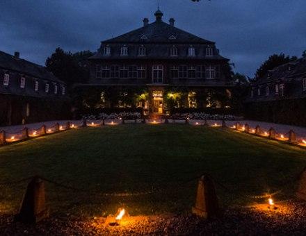 Schloss Eicherhof mit Fackeln beleuchtet. Foto: Simone Kellner