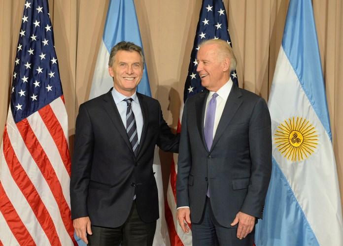 Macri junto a Joe Biden, vicepresidente de los Estados Unidos, en Davos.