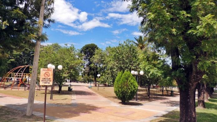 Una postal: siesta desolada en la Plaza independencia de Vera.
