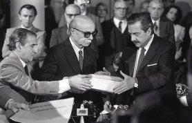 Ernesto Sábato entrega al presidente Raúl Alfonsín el informe final de la CONADEP (Comisión Nacional por la Desaparición de Personas). Casa de Gobierno. 20 de septiembre de 1984
