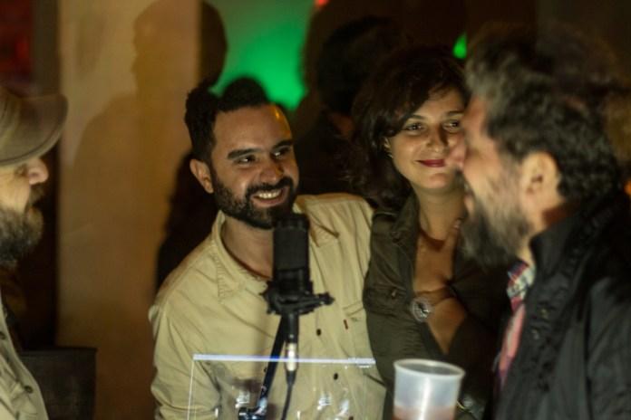En los costados el cronista y Meibel Giuranacci. En el centro, dos organizadores y entrañables compañero de Enzo, Sebastián Alarcón y Florencia Russo.