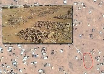 Imagen satelital del CNES 2016, Distribution AIRBUS DS, que muestra un cúmulo de tumbas, junto a una captura de pantalla de un video producido por los activistas del Concejo Tribal de Palmira y Badia.