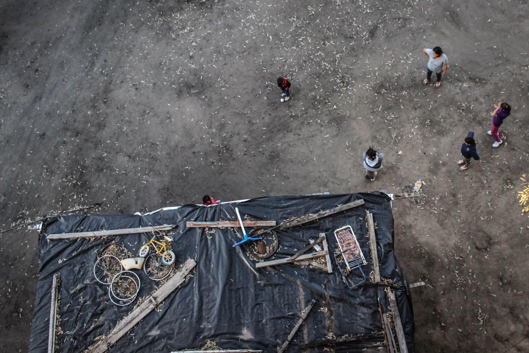 En el techo del rancho, un plástico para evitar las filtraciones de lluvia y, arriba, todo lo que se pueda poner para que el toldo y las chapas no salgan volando. Foto: Mauricio Centurión.