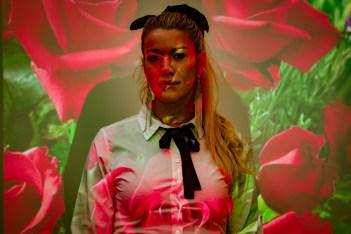 Ayelén Beker, la primera cantante trans de la cumbia santafesina, la gastó en Pasión de Sábado y en la Fiesta Nacional. Nota de Marcelo Przylucki, fotorreportaje de Mauricio Centurión.