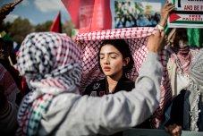 Una niña une a la Kiffeyyah palestina durante una manifestación de miembros de grupos pro palestinos y otros grupos de la sociedad civil fuera del Consulado General de los Estados Unidos en el distrito de Sandton de Johannesburgo, el martes 15 de mayo de 2018, para protestar contra el asesinato, el día anterior, de 59 palestinos en enfrentamientos y protestas, el mismo día que Estados Unidos trasladó formalmente su embajada en Israel a Jerusalén desde Tel Aviv, desafiando la indignación internacional. Foto: Gulshan Khan.