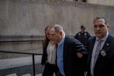 25 de mayo de 2018, Nueva York, Harvey Weinstein es acompañado por primera vez al Tribunal Penal de Manhattan. Foto: Hilary Swift.