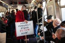 """Una mujer vestida como un personaje de """"El cuento de una criada de Margaret Atwood"""" viaja en el metro después de la Marcha de la Mujer en Manhattan, Nueva York. Foto: Holly Pickett."""