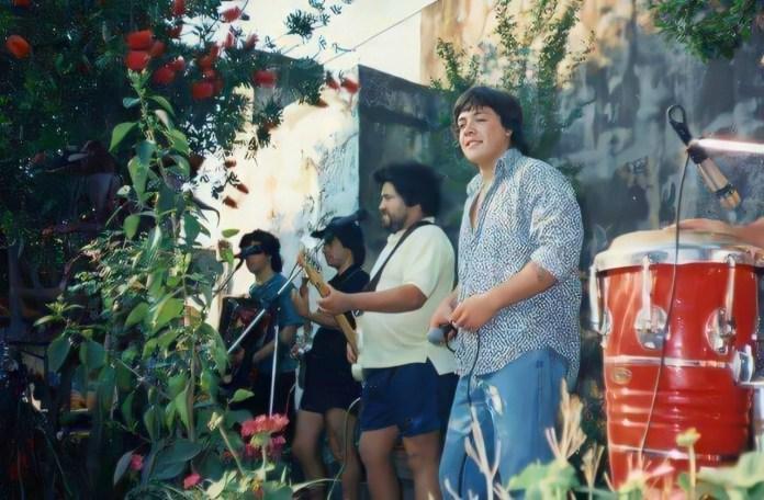 Grupo Trinidad ensayando en un patio, canta Leo Mattioli.
