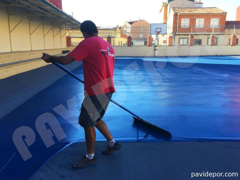 Aplicación de resina en suelo de pista deportiva de colegio San Vicente de Paul, de Benavente, Zamora
