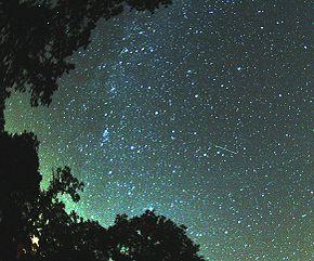 Meteoro a la derecha de la Via Lactea. Créditos Mila Zinkova.