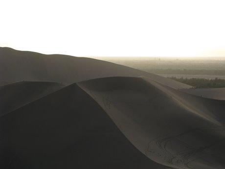 Dunhuang - pustynia, wielbłądy ibuddyjskie groty 30