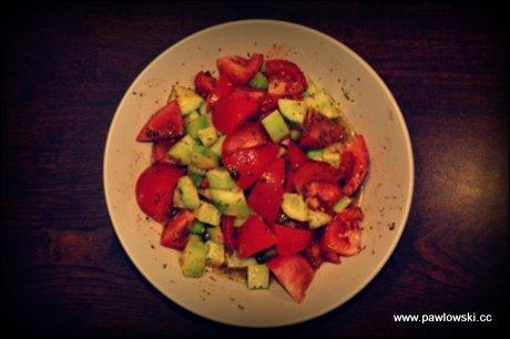 Prosta sałatka z pomidorów i ogórków z ziołami