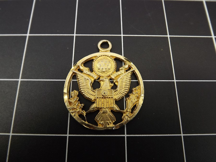 VINTAGE GOLD TONE UNITED STATES OF AMERICA COAT OF ARMS W/ EAGLE BUTTON PENDANT 1