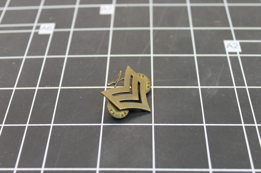 VINTAGE ANTIQUE GOLD TONE UNITED STATES MILITARY SERGEANT LAPEL PIN 1