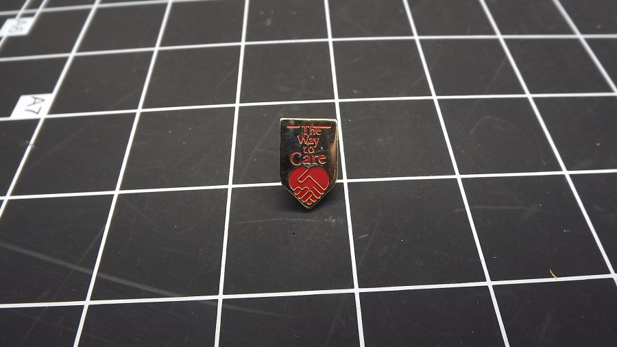 VINTAGE GOLD TONE THE WAY TO CARE SHAKING HANDS HEART ENAMEL LAPEL PIN 1