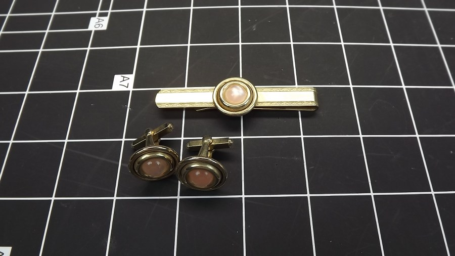 VINTAGE ANTIQUE GOLD TONE PINK STONE TIE BAR & CUFF LINKS 1