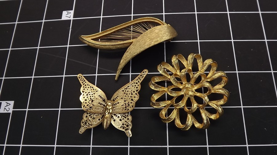 3 VINTAGE GOLD TONE COSTUME LAPEL PINS BUTTERFLY, FLOWER RIBBON, WREATH 1