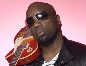 malik-guitar-shoulder2