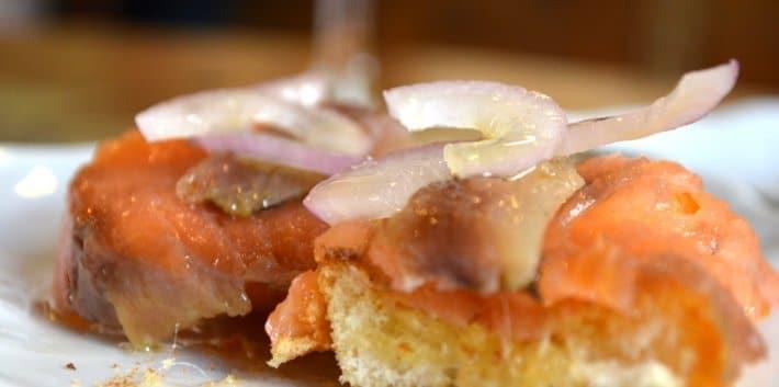 pintxos-saumon-anchois-oignon-rouge