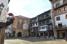 hondarribia-ville-frontaliere-pays-basque-mur-facade-place