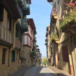 hondarribia-ville-frontaliere-pays-basque-mur-facade-rue