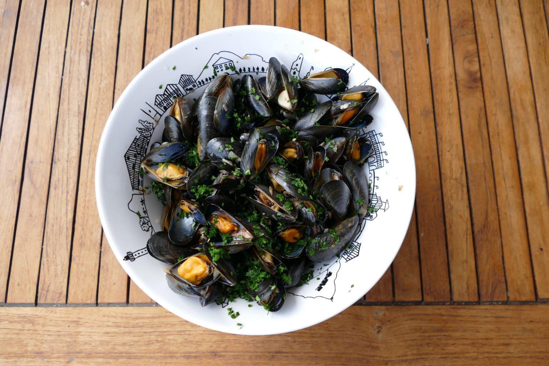 recette-moules-a-la-plancha-et-ses-chips-de-legumes-pays-basque