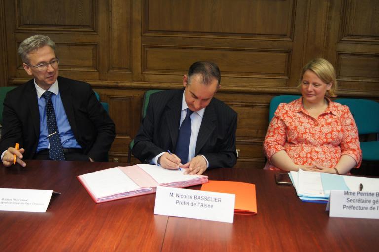Signature du Contrat de Ruralité du Pays Chaunois du Pays Chaunois par M. BASSELIER, Préfet de l'Aisne, le 2 juillet 2017